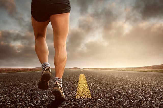 Otro de los consejos para hacer running en verano si eres calvo o rapado que no debes pasar por alto es utilizar una gorra y mojarla cada cierto tiempo