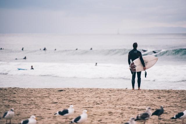 Gracias al surf harás ejercicio en la playa a la vez que aumentas tu resistencia, tonificas tus músculos y mejoras tu equilibrio y coordinación